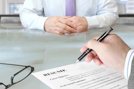 Interview d'emplois dans le bureau avec mise au point sur CV et Pen Banque d'images - 20480364