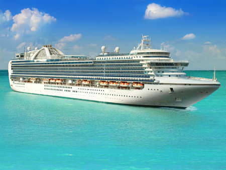 Luksusowy statek wycieczkowy żegluje się z portu Zdjęcie Seryjne