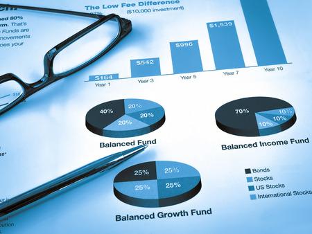 fondos negocios: Gafas con la pluma en la Tabla de Inversión