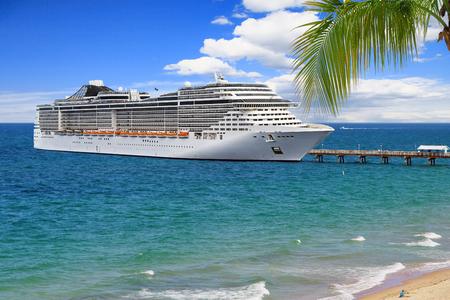 Luxus Kreuzfahrtschiff am Pier am Sommertag Standard-Bild