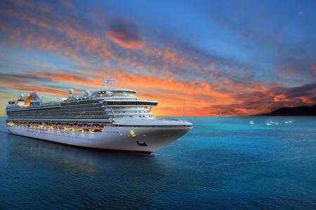 Luxus-Kreuzfahrtschiff zum Hafen auf Sonnenaufgang Standard-Bild - 83295760