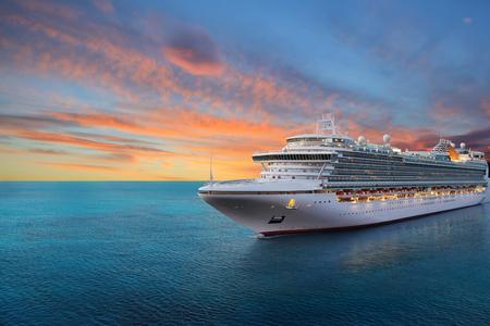 Crucero de lujo navegando a puerto en amanecer