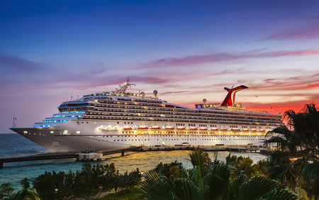 WILLEMSTAD, CURACAO - APRIL 04, 2018:  Cruise ship Carnival Conquest docked at port Willemstad on sunset. 版權商用圖片 - 126694233
