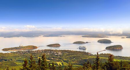 Panoramic view of Bar Harbor in the morning with cruise ships and cluster of small islands from Cadillac Mountain in Acadia National Park, Maine USA 版權商用圖片