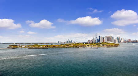 New York, NY, USA - September 01, 2019: New York City panorama from the bay with Governors island and Manhattan Skyline 新聞圖片
