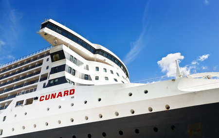 QUEBEC CITY, CANADA - SEPTEMBER 09, 2019: Side view of cruise ship RMS Queen Mary 2 on the blue sky background 新聞圖片
