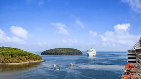 Panoramic view of Bar Harbor with cruise ships, touristic boats and cluster of small islands on a sunny day 版權商用圖片
