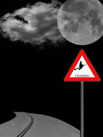 verkeersbord 's nachts waarschuwing van heks kruising Stockfoto