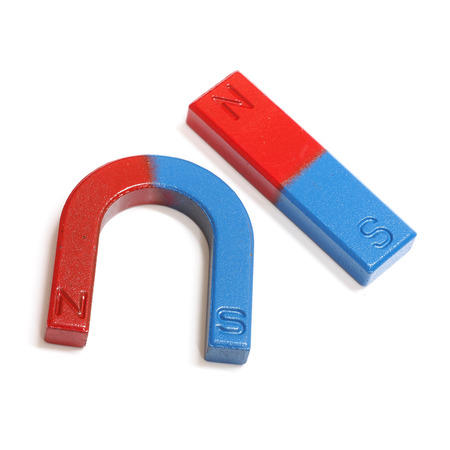 白い背景に分離された赤と青の馬蹄形磁石 写真素材