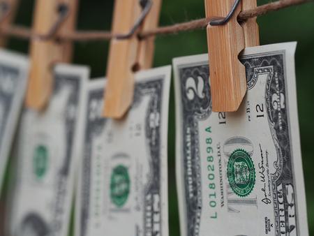 2 달러 지폐가 옷 못에 녹색 흐림 backgroung으로 고정 스톡 콘텐츠