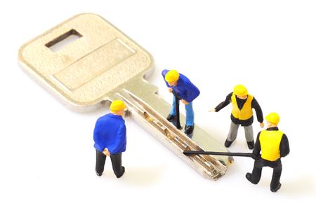 Gruppe von Schlosser Arbeiter machen die Schlüssel isoliert auf weißem Hintergrund Lizenzfreie Bilder - 62677577