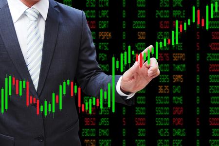 Zakenman hand aanraken Kandelaar Chart, investeringen concept