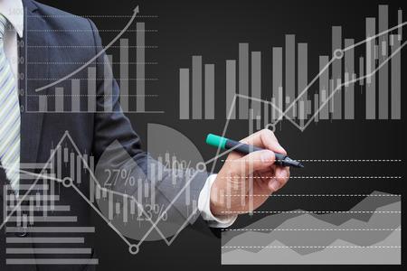 Zakenman tekenen van het virtuele paneel van taartdiagram en andere grafiek, business concept
