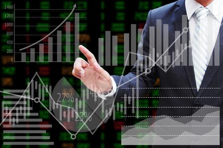Zakenmanhand wat betreft het virtuele paneel van cirkeldiagram en andere grafiek, bedrijfsconcept Stockfoto