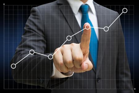Geschäftsmannhand, welche die Finanzliniendiagramme berührt, die wachsenden Ertrag auf Touch Screen zeigen Standard-Bild