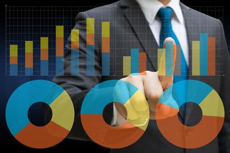 Geschäftsmannhand, welche die virtuelle Platte des Kreisdiagramms und anderen Diagramms, Geschäftskonzept berührt