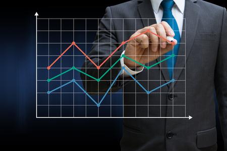 Geschäftsmann Zeichnung der Finanzlinie Charts zeigt wachsende Einnahmen auf Touchscreen