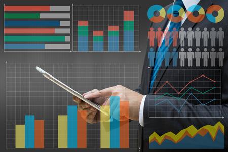 Geschäftsmann, der moderne Tablette mit der virtuellen Platte des Kreisdiagramms und anderer Diagramm-, Geschäftskonzept berührt
