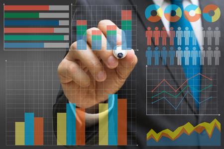Geschäftsmann, der das virtuelle Panel des Kreisdiagramms und anderer Diagramme, Geschäftskonzept zeichnet Standard-Bild