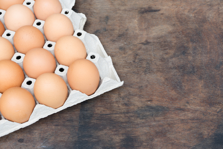 Hühnerei auf Holz Hintergrund mit Kopie Raum Standard-Bild