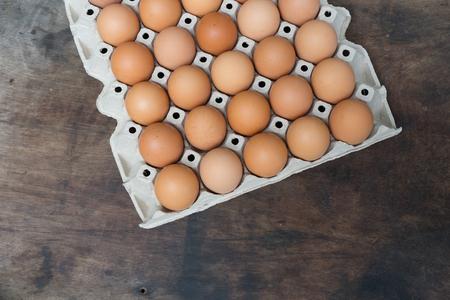 Hühnerei auf Holz Hintergrund mit Kopie Raum Standard-Bild - 81259712