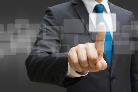 Geschäftsmannhand, welche die virtuelle Platte der runden Rechteckschnittstelle, Geschäftskonzept berührt