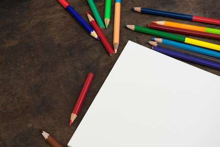 Farbstiften mit Kunstdruckpapier auf Holzuntergrund
