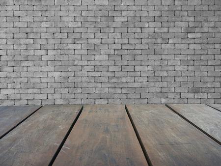 Leere obere hölzerne Regale und graue Mauer Hintergrund