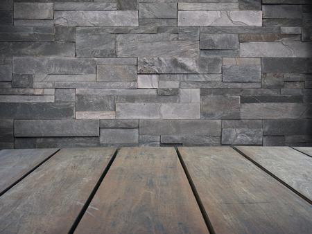 Leeren Sie obere hölzerne Regale und modernen grauen Backsteinmauerhintergrund Standard-Bild