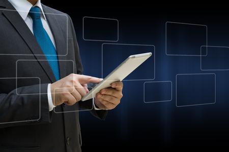 Business Man berühren moderne Tablette mit dem virtuellen Panel von runden Rechteck-Schnittstelle, Business-Konzept