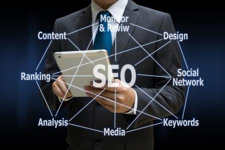 Business Man berührt moderne Tablette mit dem SEO-Diagramm Lizenzfreie Bilder - 81432227