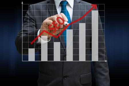 Business-Mann Zeichnung der SEO-Bar-Charts zeigt wachsende Einnahmen auf Touchscreen Standard-Bild - 81523411