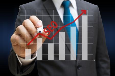 Business-Mann Zeichnung der SEO-Bar-Charts zeigt wachsende Einnahmen auf Touchscreen Lizenzfreie Bilder - 81562590