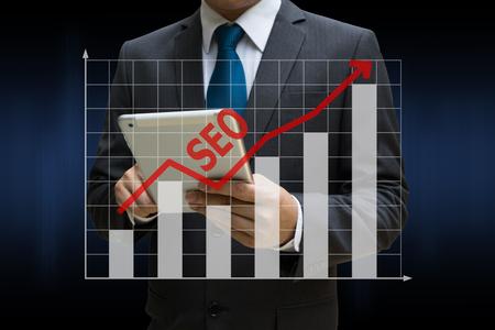 Business Man berührt moderne Tablette mit den SEO-Bar-Charts zeigt wachsende Einnahmen auf Touchscreen Standard-Bild - 81523372
