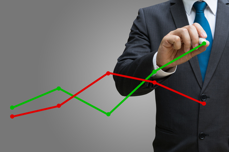 Geschäftsmann Zeichnung der Finanzlinie Charts zeigt wachsende Einnahmen auf Touchscreen Standard-Bild - 82426437