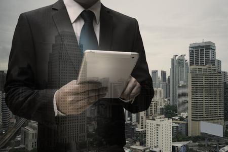 Doppelte Exposition von Geschäftsmann mit Digital Tablet
