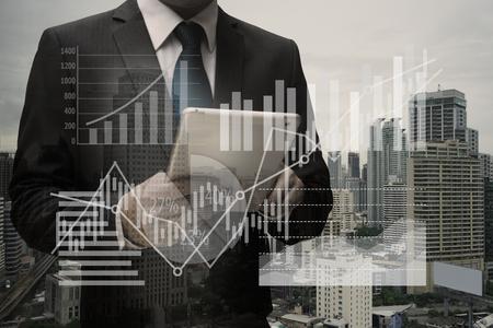 Doppelte Exposition von Geschäftsmann mit digitalen Tablet mit dem virtuellen Panel von Kreisdiagramm und andere Diagramm, Business-Konzept Standard-Bild - 84764910