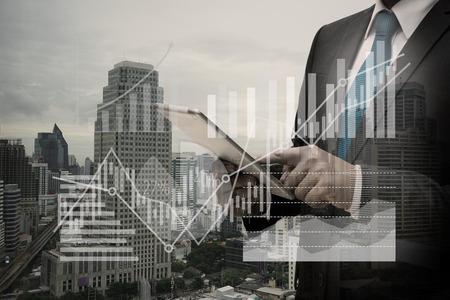 Doppelte Exposition von Geschäftsmann mit digitalen Tablet mit dem virtuellen Panel von Kreisdiagramm und andere Diagramm, Business-Konzept Standard-Bild - 84764911