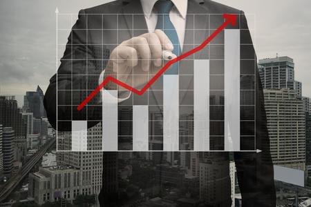 Doppelte Exposition von Geschäftsmann schriftlich die virtuelle Panel von Balkendiagramm, Business-Konzept