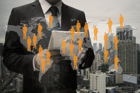 Doppelbelichtung Geschäftsmann CEO Hand mit digitalen Tablet mit virtuellen Panel der professionellen Officer , Human Resources-Konzept Standard-Bild - 88712921