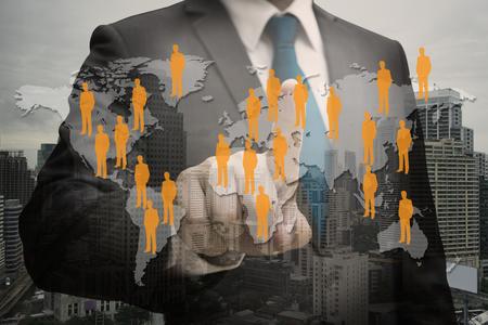 Geschäftsmann-Hand der Doppelbelichtungsgeschäftsmann-Hand, die virtuelle Platte des Berufsoffiziers, Personalwesenkonzept berührt Standard-Bild