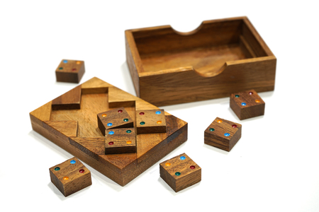 Holzklotz Puzzle-Spiel isoliert auf weißem Hintergrund