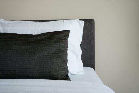 Bequemes Bett und Kissen im Hotelzimmer