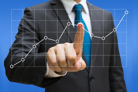 Geschäftsmannhand, welche die Liniendiagramme berühren, die wachsendes Einkommen auf Touch Screen zeigen Standard-Bild - 90179729