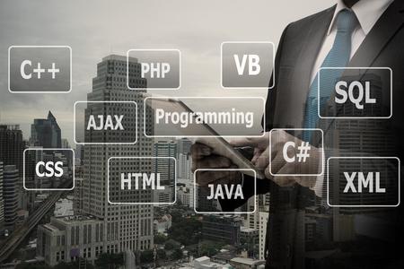 Doppelbelichtungsgeschäftsmannhand unter Verwendung der digitalen Tablette mit virtueller Platte von Programmiersprachen, Computertechnologiekonzept Standard-Bild - 90445567