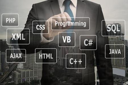Doppelbelichtungsgeschäftsmannhand, die virtuelle Platte von Programmiersprachen, Computertechnologiekonzept berührt Standard-Bild - 90530983