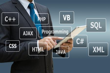Geschäftsmannhand unter Verwendung der digitalen Tablette mit virtueller Platte von Programmiersprachen, Computertechnologiekonzept Standard-Bild - 89777300