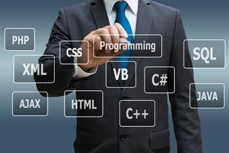 Geschäftsmannhand, die virtuelle Platte von Programmiersprachen, Computertechnologiekonzept berührt Standard-Bild - 89876159