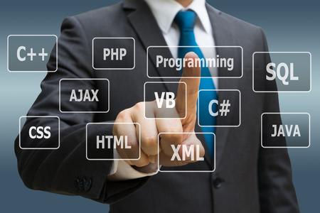 Geschäftsmann CEO-Hand, die virtuelle Platte von Programmiersprachen, Computertechnologiekonzept berührt Standard-Bild - 90001775