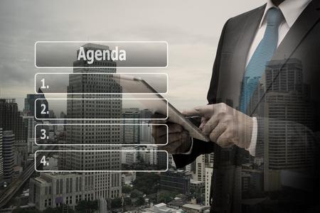 Doppelbelichtungsgeschäftsmannhand unter Verwendung der digitalen Tablette mit virtueller Platte der Tagesordnung Liste Standard-Bild - 90309694